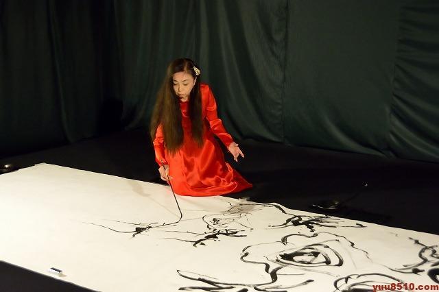 浅井微芳による筆舞の様子